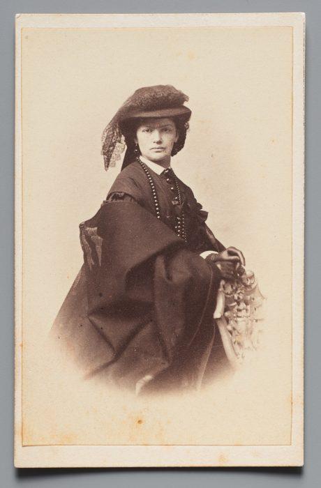 Kobieta w stroju z okresu żałoby narodowej, AF 27555