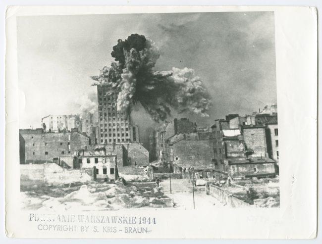 Odbitka fotograficzna przedstawiająca wybuch pocisku na budynku Prudentialu podczas powstania warszawskiego, AN 49751