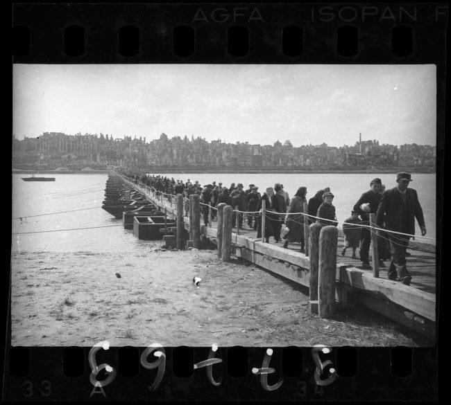 Odbitka fotograficzna z cyklu dokumentującego powroty warszawiaków do  zrujnowanego miasta