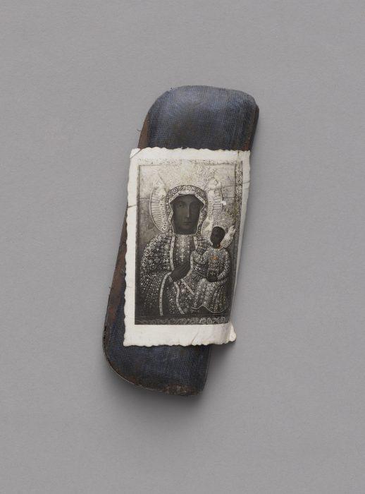 Futerał na okulary z obrazkiem Matki Boskiej Częstochowskiej przylepionym krwią, MHW 266381