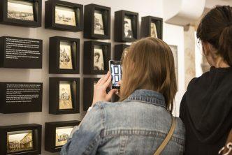 W Gabinecie Pocztówek eksponaty wymieniane są raz na kilka miesięcy, fot. Alicja Szulc