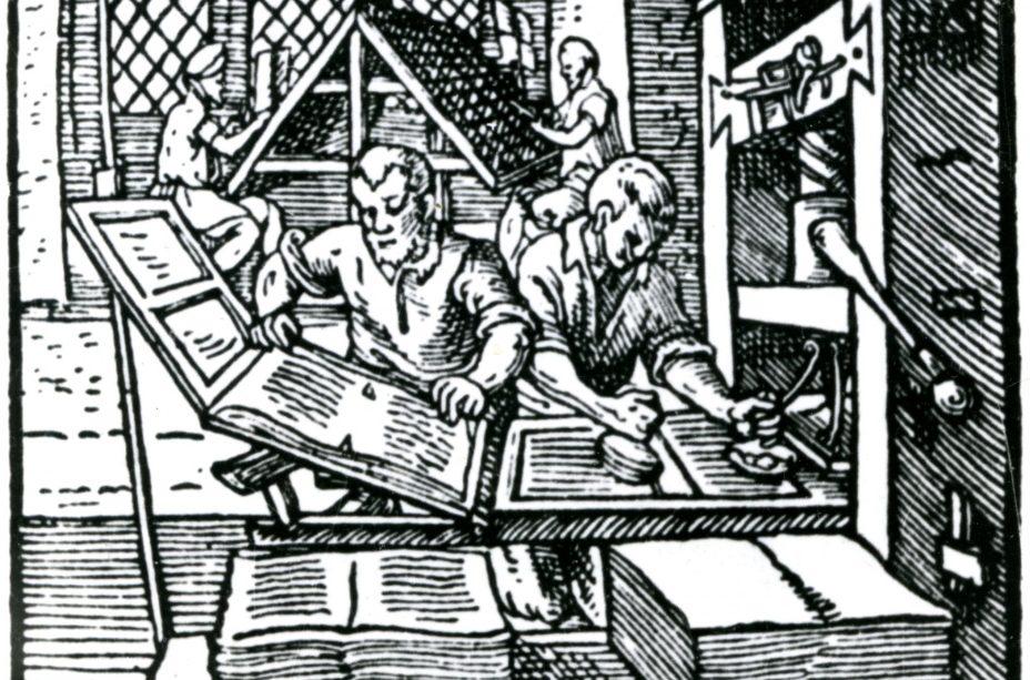 Na pierwszym planie dwie sterty papieru leżą nadrewnianej ławce. Załawką duża, drewniana prasa idwóch drukarzy. Jeden nakłada farbę, drugi papier. Wgłębi przy kasztach (szufladach) dwóch zecerów składa tekst.
