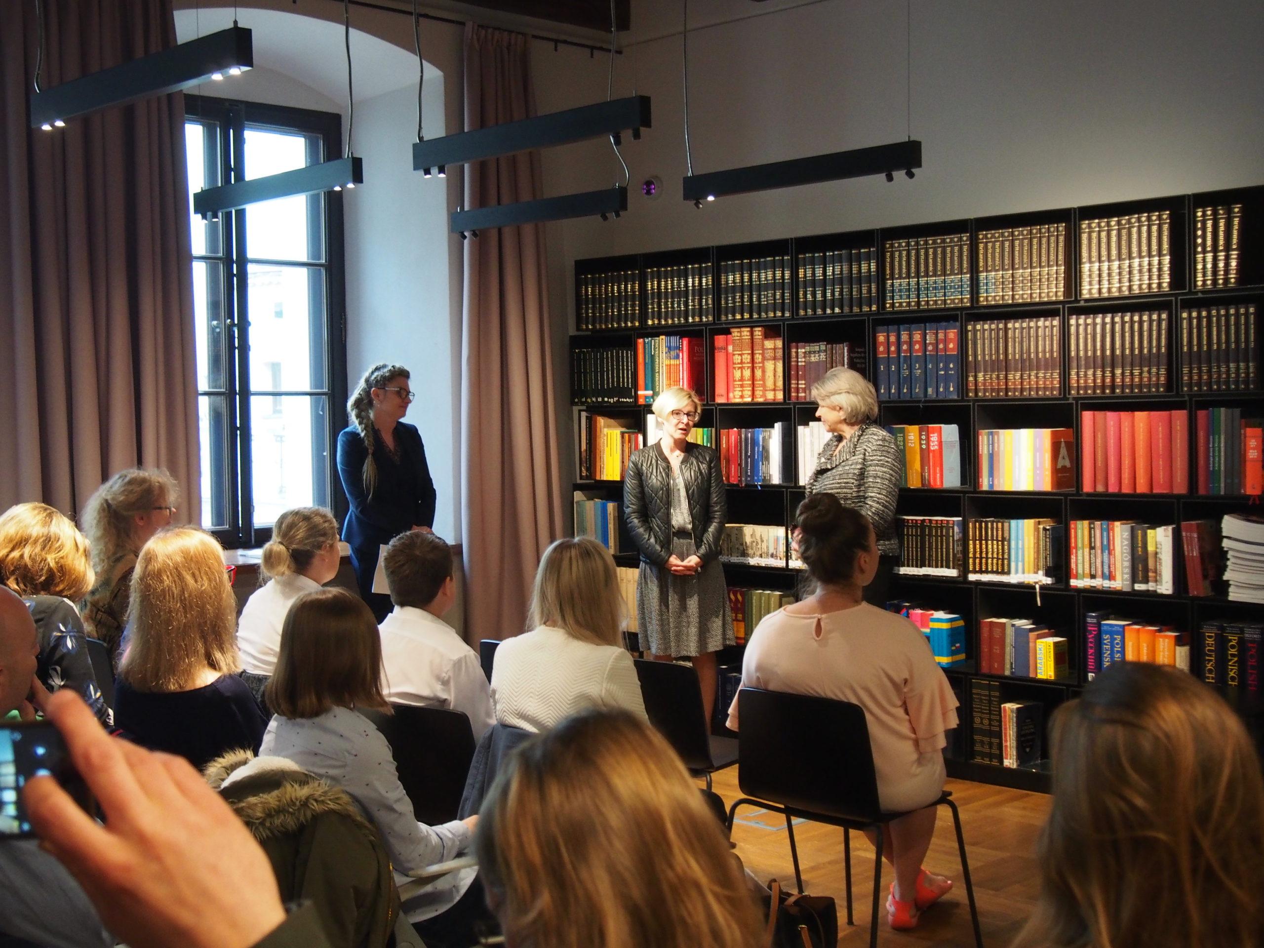 Gala wręczenia nagród. Na zdjęciu Dyrektor oraz pracownicy Muzeum Warszawy ogłaszają wyniki prze zgromadzoną w muzealnej bibliotece publicznością.