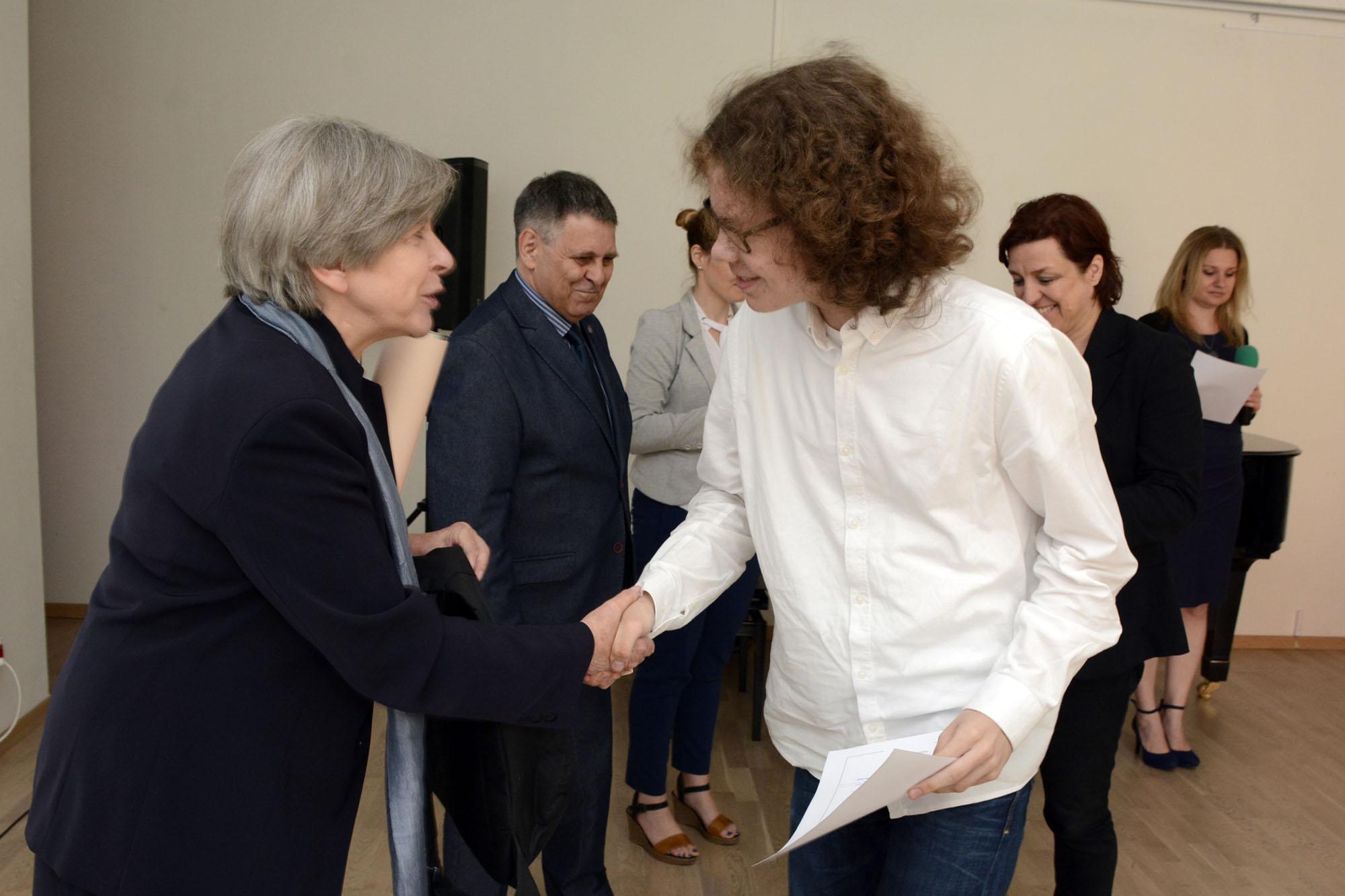 Dyrektor Ewa Nekanda Trepka ściska dłoń jednego z laureatów konkursu podczas gali