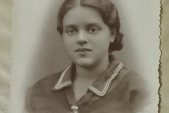 Młoda kobieta w mundurku