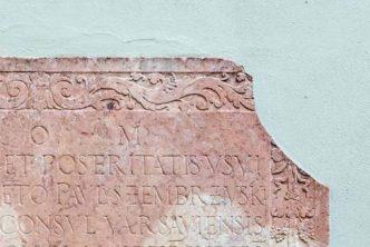 Pęknięta tablica z inskrypcją po łacinie