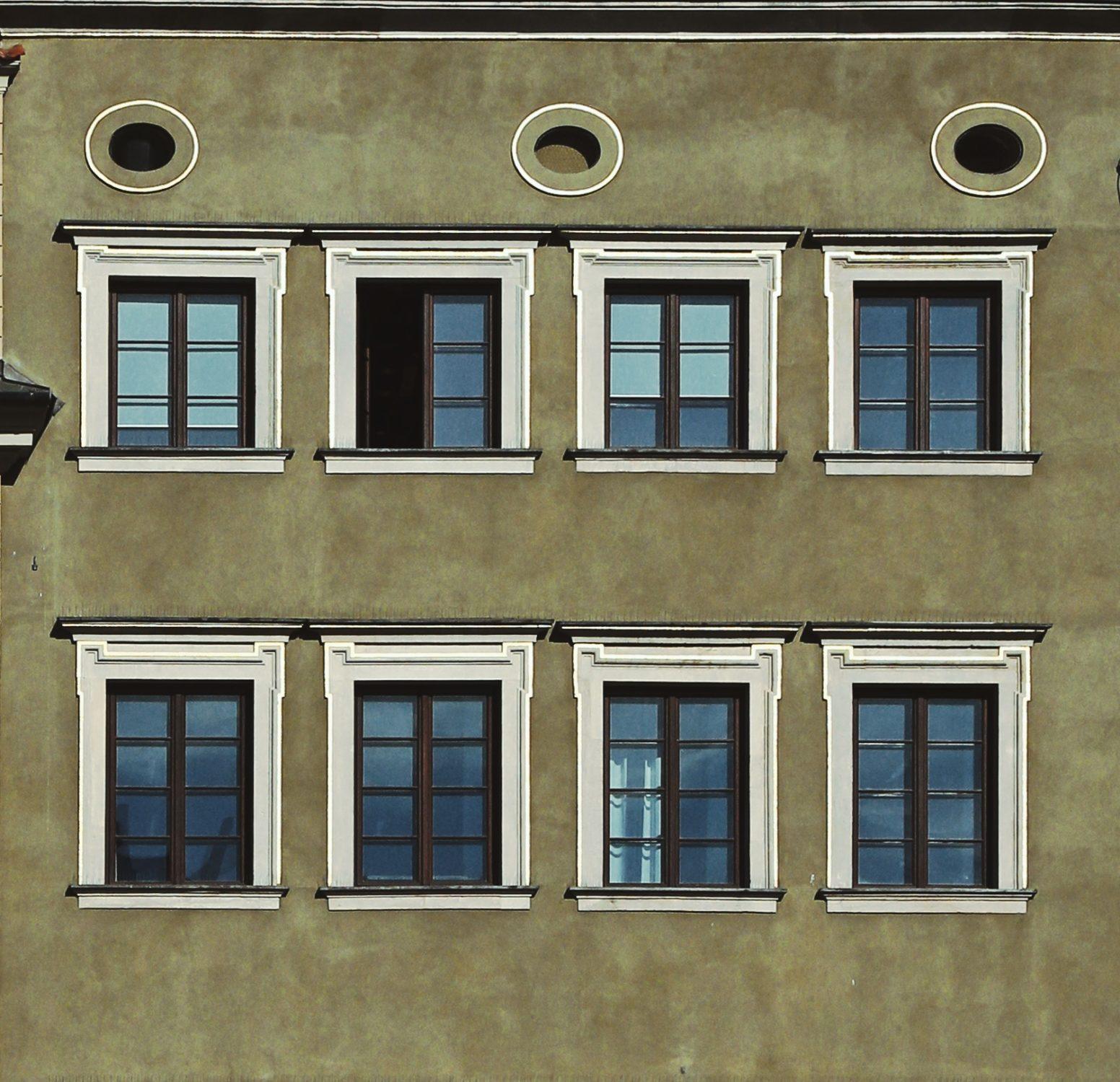 fragmnet fasady kamienicy zdwoma rzędami okien zuszakami