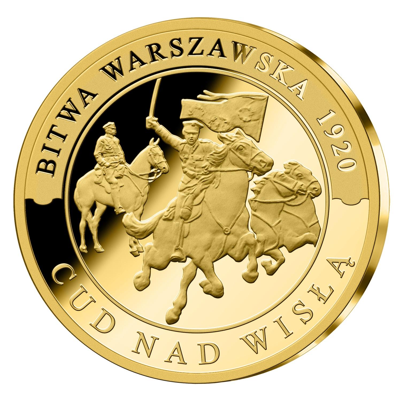 Złoty medal. Dwóch mężczyzn nakoniach. Wtle poprawej stronie dwa konie. Środkowy mężczyzna zuniesioną wręku szablą iflagą. Wokół tekst Bitwa Warszawska 1920 Cud nadWisłą.