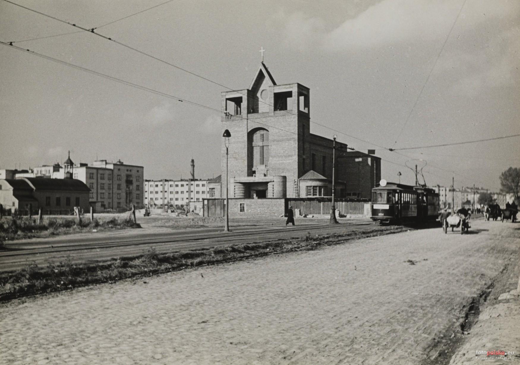 Czarno białe zdjęcie kościoła wtrakcie budowy.