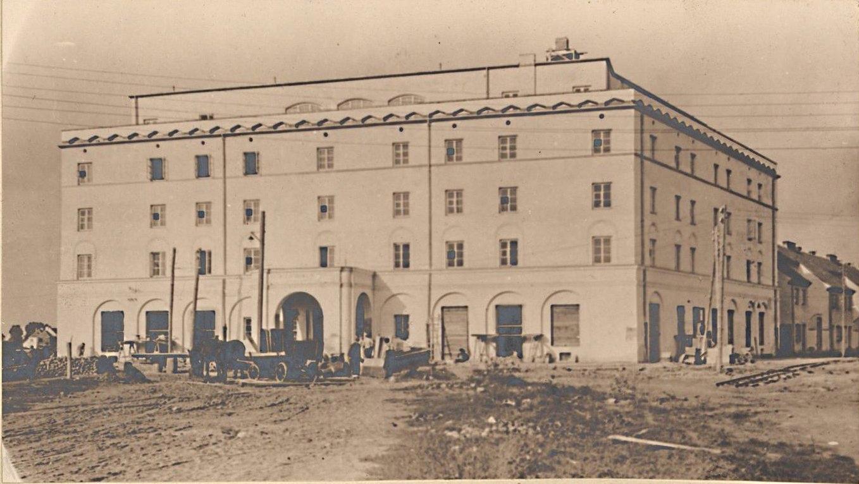Czarno białe zdjęcie archiwalne. Budynek opięciu kondygnacjach.