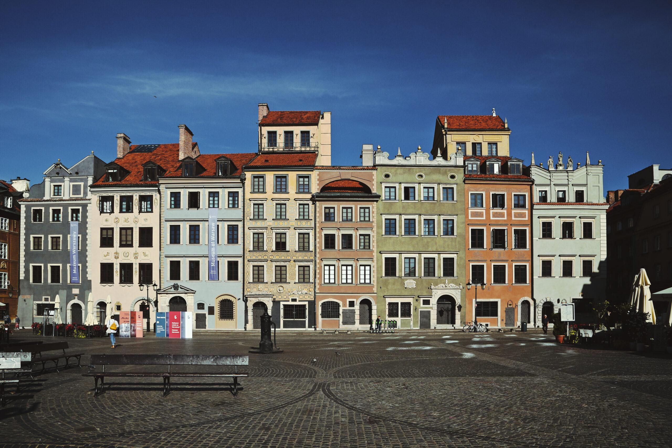 Fotografia ciągu kamienic przy Rynku Starego Miasta wWarszawie. Siedziba Muzeum Warszawy.