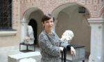 Zdjęcie Dyrektorki Muzeum Warszawy Karoliny Ziębińskiej-Lewandowskiej wżakiecie natle eksponatów - detali architektonicznych