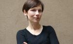 Zdjęcie Dyrektorki Muzeum Warszawy Karoliny Ziębińskiej-Lewandowskiej wczarnej bluzce naneutralnym tle