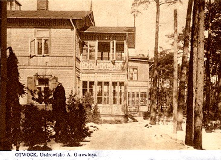 Czarno białe zdjęcie drewnianego budynku