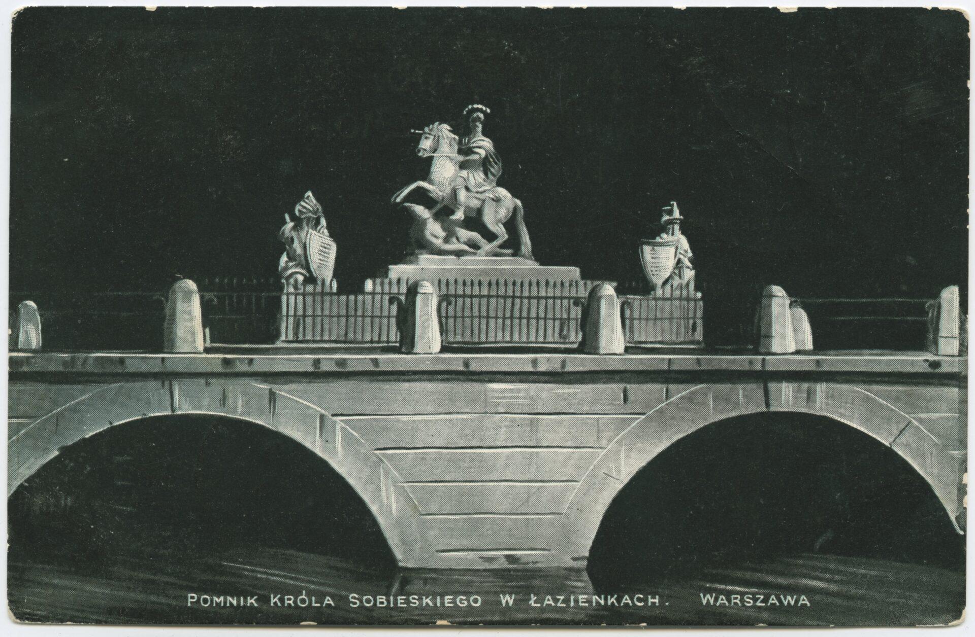 Czarno-białe zdjęcie fragment mostu, namoście pomnik konny.