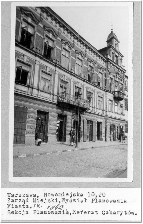 Czarno białe zdjęcie kamienicy