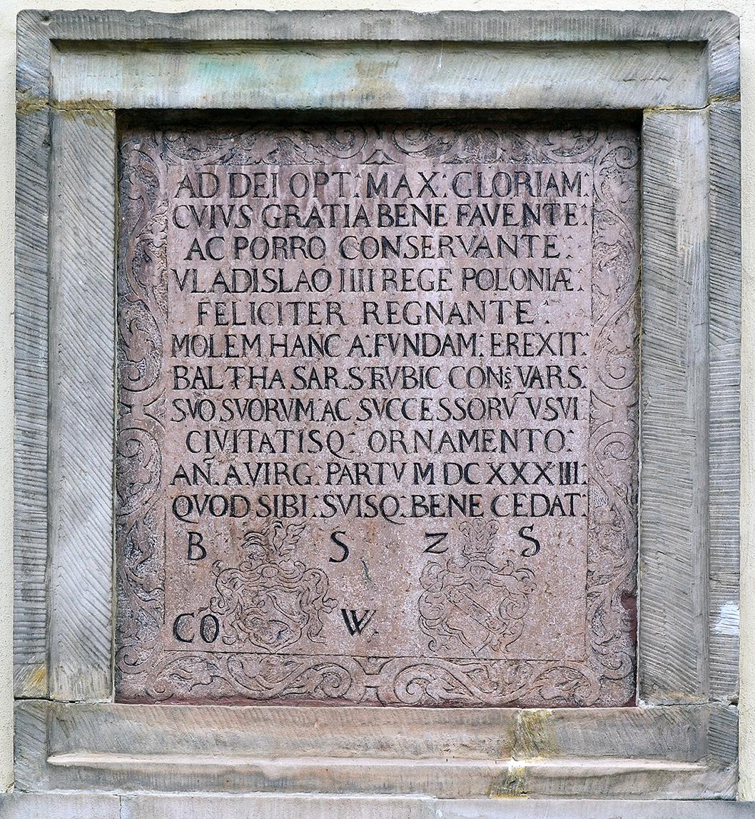 Zdjęcie tablicy złacińską inskrypcją.