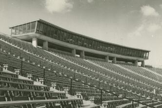 Czarno-białe zdjęcie. Fragment trybun stadionu dziesięciolecia.