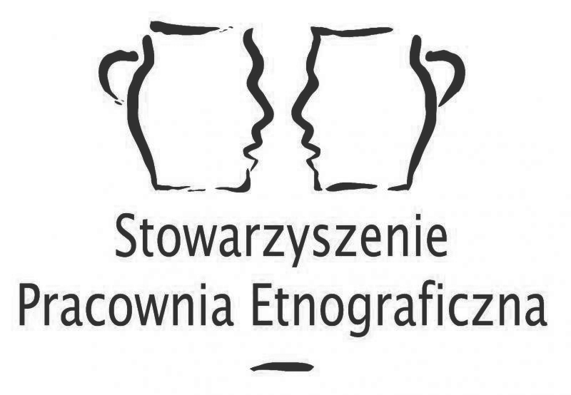Logo. Dwa kubki zzarysem twarzy. Napis Stowarzyszenie Pracownia Etnograficzna.