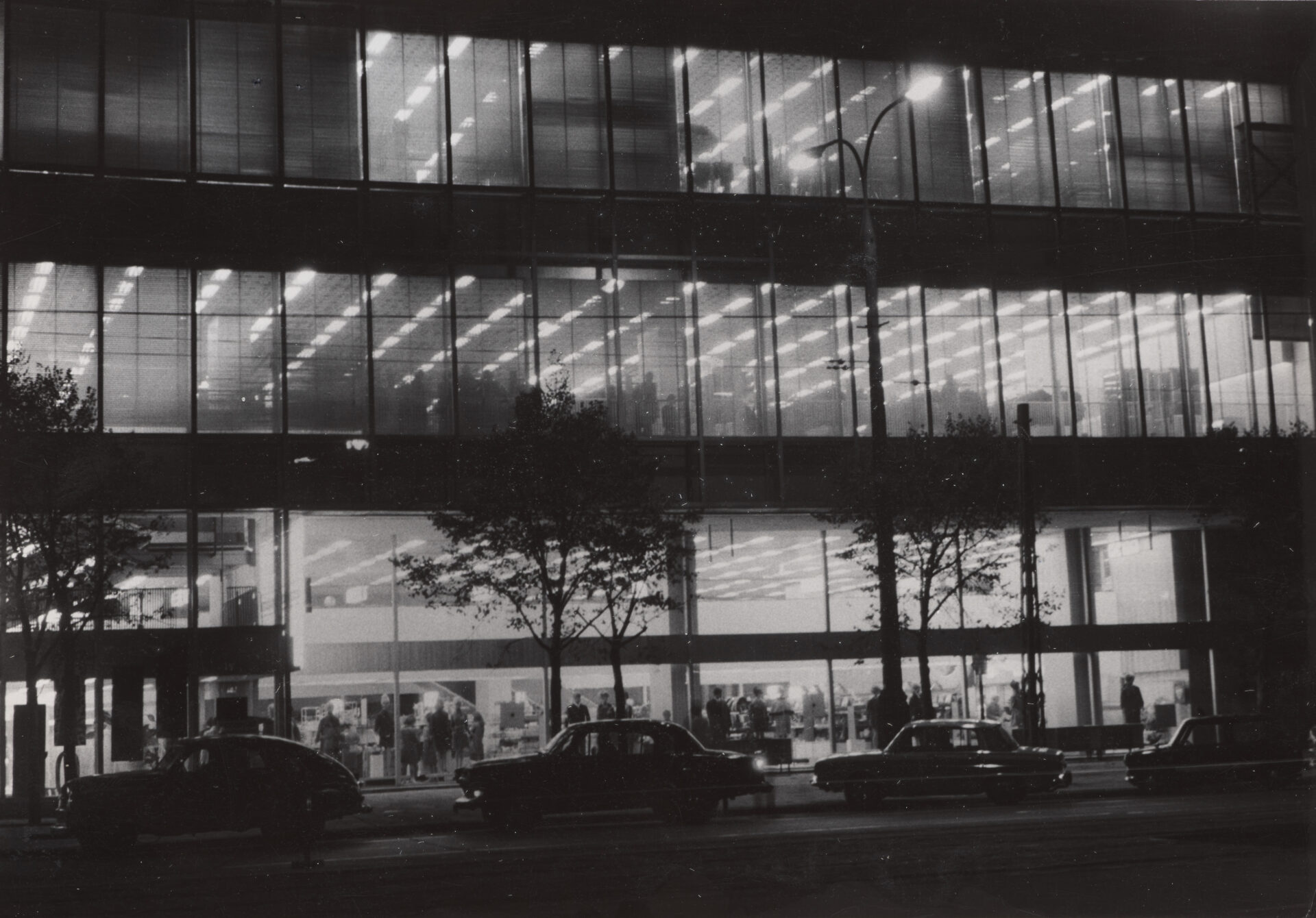 Czarno biała fotografia. Domy Towarowe Centrum nocą.
