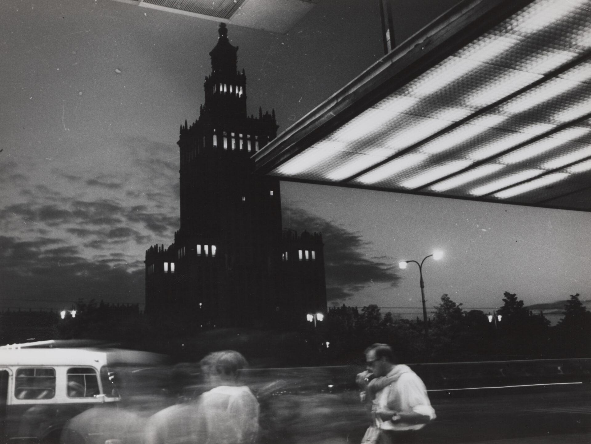 Czarno białe zdjęcie Pałacu Kultury nocą