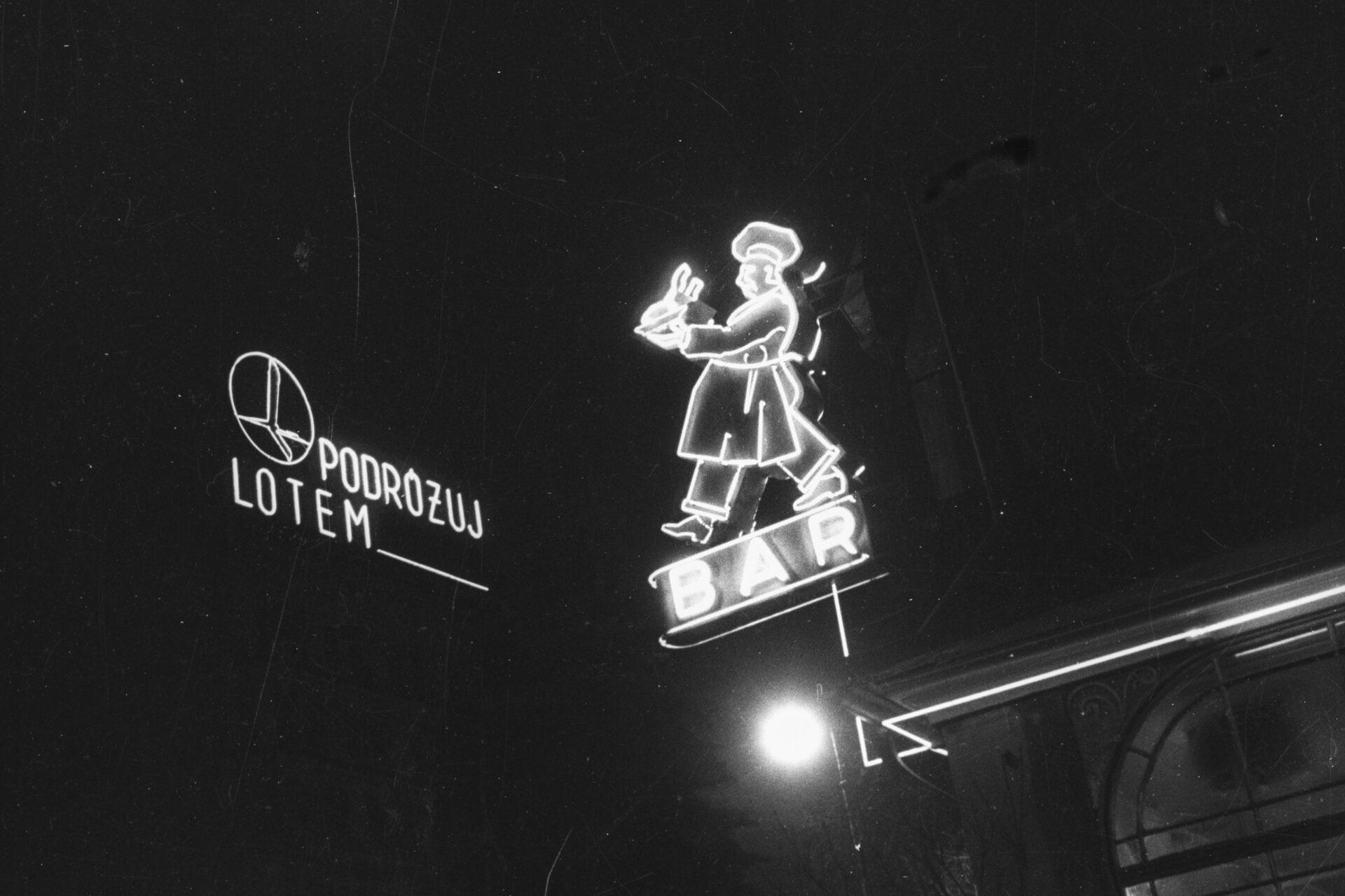 Czarno białe zdjęcie neonów