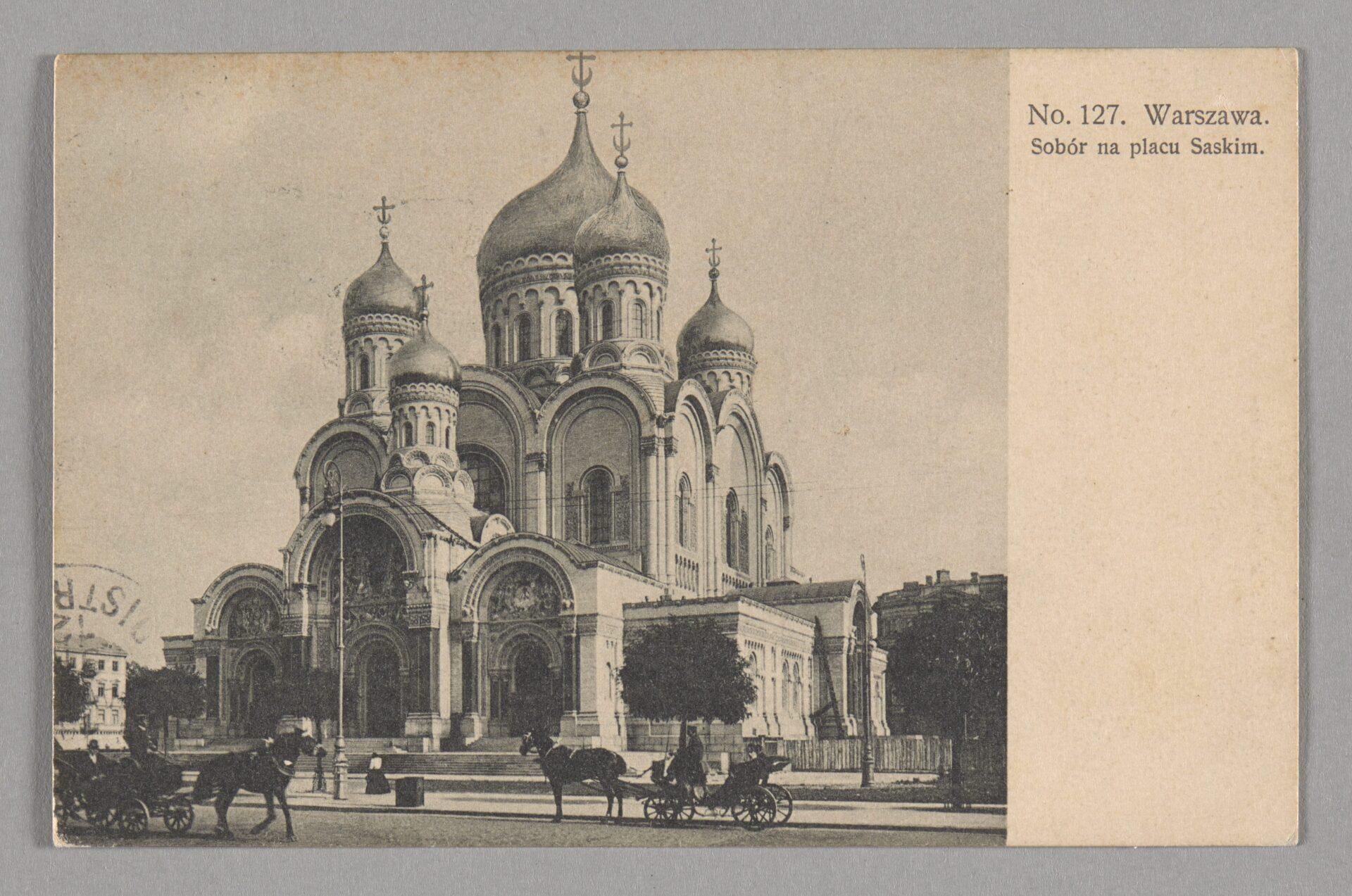 Zdjęcie wkolorach sepia. Świątynia prawosławna zcharakterystycznymi pięcioma cebulastymi kopułami.