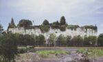 Budynek ministerstwa środowiska porośnięty przezrośliny