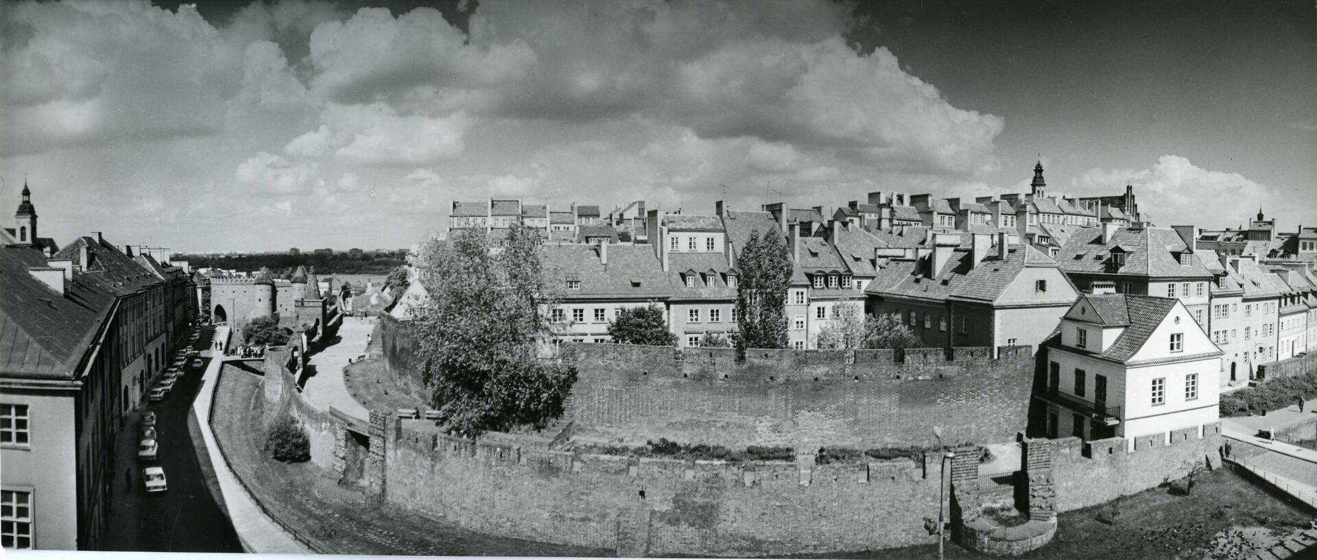Kamienice Starego Miasta otoczone podwójnym pierścieniem murów obronnych, które przebiegają łukiem. Wzewnętrznym murze widać pozostałości baszt.