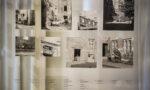 fragment wystawy: zdjęcia naszybie, poniżej opisy zdjęć, wtle ściana izasłony