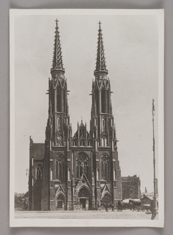 Zdjęcie katedry praskiej odfrontu. Pobokach dwie strzeliste, wysokie wieże.