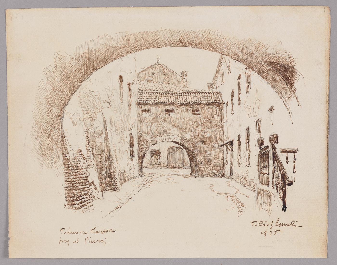 Podwórze klasztoru Augustianów. Wąskie, długie podwórko zamknięte ścianami kamienic pobokach. Są połączone murowanym łącznikiem przecinającym podwórko wpoprzek. Wgórnej części łącznika maleńkie okienka, wdolnej wyokrąglone przejście wgłąb podwórza.
